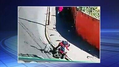 Vídeo mostra atropelamento de idosa em Várzea Paulista - A Guarda Municipal de Várzea Paulista (SP) divulgou nesta terça-feira (4) imagens de um acidente de trânsito. O vídeo mostra o momento em que uma idosa é atropelada por uma moto no centro da cidade.