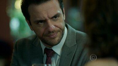 Alex exige que Fanny convença Lyris a contar a verdade - Milionário ameaça a dona da agência, que marca encontro com a modelo