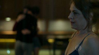 Alex se insinua para Angel e Carolina percebe - Esposa do milionário avisa que está preparando um jantar para comemorar o aniversário da filha