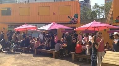 SP ganha novos espaços de gastronomia e lazer ao ar livre - O Marechal Food Park é uma área de quatro mil metros quadrados ao lado da estação Marechal Deodoro do Metrô, que reúne 40 food trucks, bike foods e barraquinhas. Já o Ocupa Food Park também tem uma proposta de lazer e contato com a natureza.