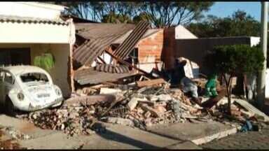 Caminhão desgovernado atinge três casas em Patrocínio Paulista, SP - Motorista disse a polícia que perdeu o freio do veículo quando estava descendo a Rua Itirapuã, no bairro Santa Cruz.