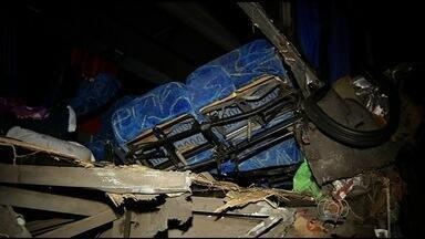 Acidente deixa três mortos na BR-153, em Uruaçu - O motorista do caminhão, de 28 anos, morreu no momento do acidente. O veículo transportava ferragens, que se espalharam na pista.