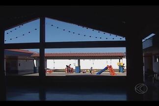 Aulas são suspensas após furtos de fios de energia em escola de Uberlândia - Cerca de 100 crianças ficarão sem aulas e ainda não tem previsão da volta. Prefeitura informou que empresa já está fazendo reparo no local.