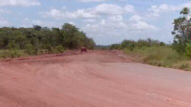 Obras na BR-156, no Amapá, continuam inacabadas - Convênio firmado em 1976 para asfaltar a rodovia terminou no ano passado e agora muita gente precisa encarar os atoleiros da estrada.