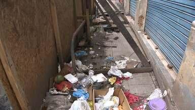 Moradores e comerciantes reclamam de casarões abandonados no bairro da Calçada - De acordo com eles, já em ruínas, os imóveis acumulam lixo, entulho e também é uma espécie de esconderijo para assaltantes.