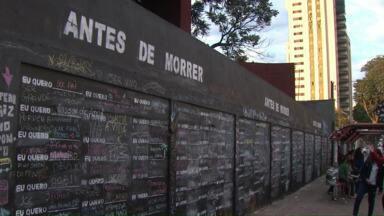 O muro dos sonhos: o que você quer fazer antes de morrer? - Os alunos do Colégio Estadual Vicente Rijo criaram um painel no muro da escola, onde as pessoas podem registrar o que querem fazer antes de morrer. O projeto é da professora de artes.