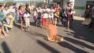 Grupo fecha rodovia do Contorno após morte de menino, no ES - Felipe Costa dos Santos, de 10 anos, foi atropelado por moto, em Cariacica.Moradores pedem justiça para o caso. Pista foi liberada às 8h20.