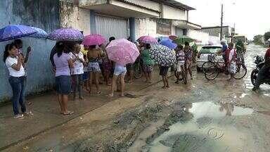 Lama em frente a escola no Clima Bom causa transtornos para quem anda na região - Em dias de chuva, rua fica intransitável.