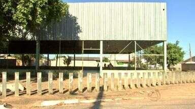 Alunos de escola em Cuiabá reclamam de quadra esportiva - Alunos de escola em Cuiabá reclamam de quadra esportiva