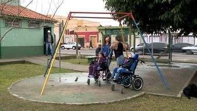 Praça Saraiva está sem brinquedos para cadeirantes - Mães de crianças com deficiência reclamam da falta de opção