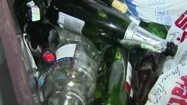 Vidros misturados ao lixo comum têm machucado coletores - Em Londrina, são muitos acidentes com esse tipo de material.