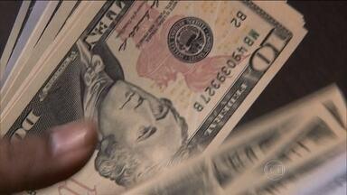 Dólar chega de novo ao maior nível em 12 anos - O dólar nesta quarta-feira (5) logo de manhã, atingiu a cotação mais alta: R$3,50 às 11h20. Desde o dia 7 de março de 2003, que a moeda americana não custava tão caro aqui no Brasil. Depois, perdeu um pouquinho de força e fechou a R$3,489.