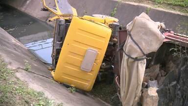 Caminhão carregado com pedras de construção cai em canal de Campina Grande - O veículo estava sem freio, o motorista não conseguiu fazer a manobra e foi parar dentro do canal do Prado.
