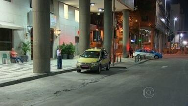 Discussão entre taxista e motorista da Uber termina na delegacia, no Rio - Uma discussão entre um motorista da Uber e um taxista acabou na delegacia na noite de quarta-feira (5). Foram mais de três horas de depoimento e ambos foram autuados pela polícia.