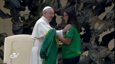 """""""Nunca imaginei isso na minha vida"""", diz brasileira que encontrou o Papa - Estudante brasileira chamou atenção do mundo após pergunta do Papa. Ela conseguiu que o Papa Francisco soltasse uma enorma gargalhada."""