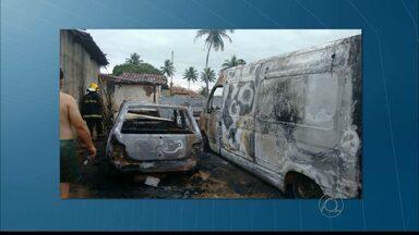 Imagens mostram carro da PM e ambulância pegando fogo - Os casos foram registrados em João Pessoa e Itabaiana e não houve feridos.