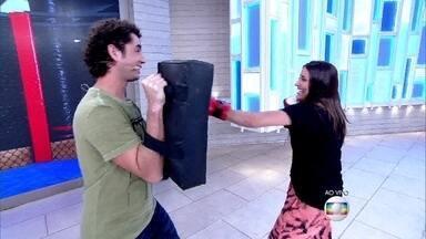 Maria Joana dá uma 'surra' em Felipe Andreoli - Atriz confessa que é fã de UFC e mostra um pouco do seu treino com o repórter