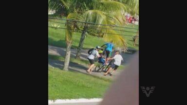 Vídeo mostra criminosos tentando roubar uma bicicleta onde estava uma criança de 6 anos - Crime aconteceu neste domingo em Praia Grande.