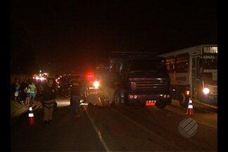 Mulher morre em acidente na rodovia BR-316 - Vítima foi atropelada por caminhão após cair de motocicleta.