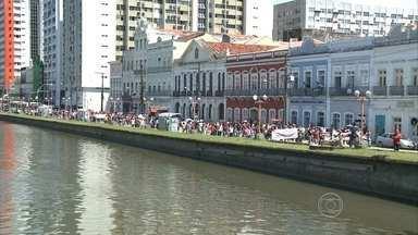 Funcionários em greve da Compesa realizam manifestação - Grevistas saíram da Avenida Cruz Cabugá em passeata até o Palácio do Campo das Princesas.