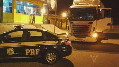 Polícia Rodoviária apreendeu um caminhão que havia passado por pedágios sem pagar - Dívida do motorista acumula mais de 4 mil reais e ele foi parado por policiais na cidade de Registro, no Vale do Ribeira.