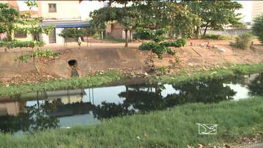 Lixo e buracos nas ruas são motivo de reclamação no bairro da Areinha em São Luís - O bairro da Areinha em São Luis é alvo de muita reclamação. Lixo e muitos buracos por todos os lados. Mas, o grande problema apontado pelos moradores é uma vala completamente suja e poluída.