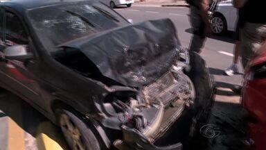 Colisão entre três carros deixa trânsito lento na Av. Leste-Oeste, em Maceió - Acidente ocorreu próximo à Praça da Macaxeira, na manhã desta segunda (10). Não houve registro de feridos, segundo Central da SMTT.