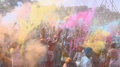 Corrida Run With Colors reúne atletas e amadores em Manaus - Prova foi realizada no domingo (9), Dia dos Pais.