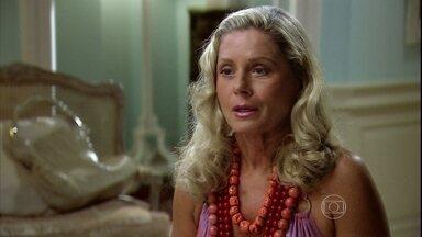 Chiara conta para Duda que Raj tem outra noiva - A empresária tenta consolar a amiga, mas deixa escapar que o indiano já está em outra. Duda fica revoltada e decide ir para a Índia