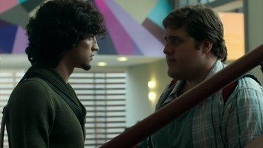 Eziel se recusa a falar o que sabe sobre Angel - Ele reclama da forma como é tratado por Guilherme