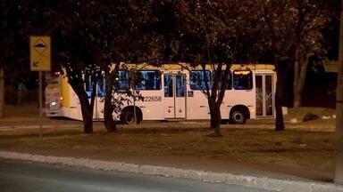 Moradores do Gama, no DF, pedem retorno de linhas de ônibus no Setor Sul - No Gama, moradores do Setor Sul querem reaver todas as linhas de ônibus. Eles estão recolhendo assinaturas contra a Viação Pioneira. A população discorda da decisão da empresa de não passar mais nas ruas onde ônibus foram queimados na última semana.