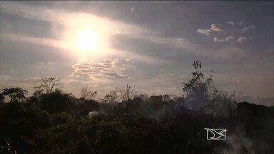 Tempo quente e seco na região Tocantina preocupa por causa das queimadas - O tempo quente e seco na região Tocantina preocupa os moradores e os bombeiros por causa das queimadas e incêndios. Ainda estamos na primeira quinzena de agosto, mas o número de focos já é igual ao do mês passado. Em áreas urbanas, a fumaça incomoda os moradores e faz aumentar os riscos de doenças.