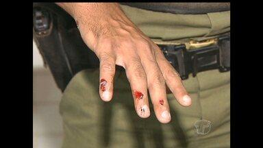 Suspeito de bater em mulher, homem agride policiais em Santarém - Ele provocou confusão com a família da vítima, com a qual se relacionava. Família do suspeito impediu abordagem policial e ele conseguiu fugir.