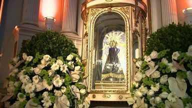 Católicos de Alagoas comemoram a presença da imagem peregrina de Nossa Senhora Aparecida - Fiéis foram até a Igreja da Cateral para ficar perto da imagem.