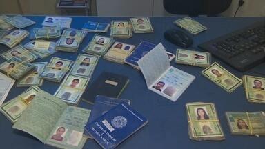 Serviço de achados e perdidos reúne documentos variados, em Manaus - O governo do estado disponibiliza serviço; número de itens esquecidos é grande.