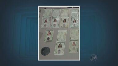 Mulher é presa em Campinas com documentos falsos - Ela é suspeita de estelionato, falsidade ideológica e receptação. No dia 27 de julho foram encontradas em sua casa roupas e acessórios de loja de departamento avaliadas em R$ 30 mil.