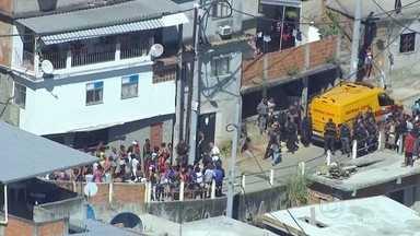 Intenso tiroteio acontece no morro da Mangueira - Um morador registrou o momento em que um intenso tiroteio acontece na Mangueira. Os policiais da UPP foram surpreendidos com a troca de tiros.