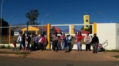 Falta de vagas em creches de Águas Claras preocupa mães - Mães reclamam que as creches estão lotadas. Algumas estão na fila de espera por uma vaga para seus filhos desde o começo do ano.