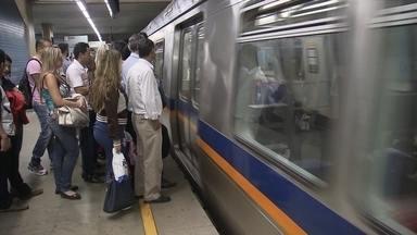 Entenda as regras para passageiros do metrô - Você sabia que é proibido sentar no chão dos trens no metrô? E que o transporte de bicicleta tem limite? Os trens carregam muitos passageiros todos os dias, e tem gente que desconhece as regras.