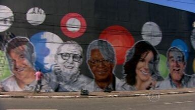 Grafiteiros levam colorido ao muro de uma empresa que estava pichado na Marginal Tietê - Os cinco artistas da capital aproveitaram a oportunidade para homenagear os 50 anos da Rede Globo, completados em abril.