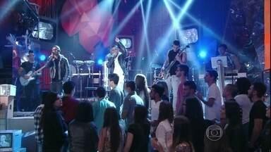 Lucas e Orelha se apresentam no programa 'Altas Horas' - Dupla canta a música 'Presságio'