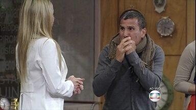 Preocupado, Arnaldo fica curioso com seu estado de saúde - Ele descobre que tem doença grave e sente vários sintomas
