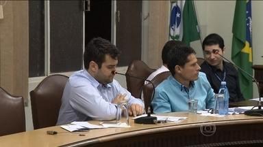 Moradores de cidade paranaense comemoram resultado de mobilização popular - O Padre Porto pediu para que os vereadores de Mauá da Serra baixassem os salários, seguindo o exemplo de Câmaras de outras cidades do Paraná que tinham cortando gastos.
