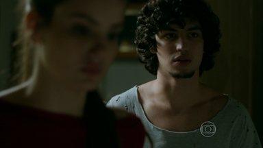 Guilherme fica intrigado com cuidados de Alex com Angel - Filha de Carolina decide manter segredo sobre noivado