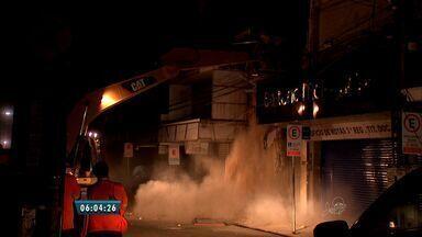 Loja que desabou no Centro é demolida - Demolição iniciou na noite desta terça-feira (18). As demais paredes da loja serão demolidas até o próximo sábado (22).
