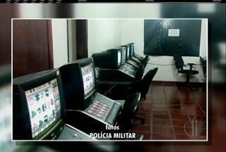 Máquinas caça-níqueis são apreendidas na noite desta terça-feira em Rio das Ostras - Treze pessoas foram detidas.