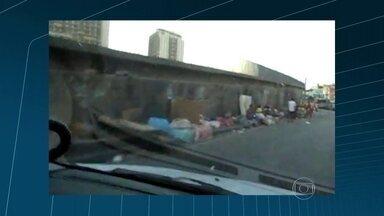 Usuários de crack fazem acampamento numa avenida movimentada da zona norte do Rio - Dezenas de pessoas montaram um acampamento improvisado na avenida Dom Helder Câmara. Um levantamento do Instituto de Segurança Pública mostra que aumentou o número de registro de roubos a estabelecimentos comerciais na delegacia da área.