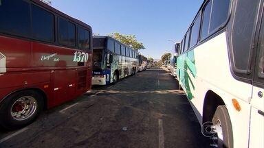 Donos de ônibus de fretamento protestam contra resolução da ANTT que restringe atividade - Eles são contra a resolução 477 da Agência Nacional de Transportes Terrestres (ANTT), que, segundo os empresários, limita a quilometragem em viagens e não permite que os ônibus cruzem estados.