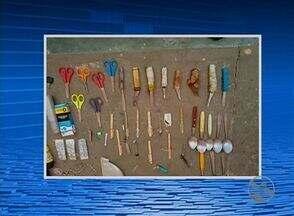 Vários materiais irregulares são encontrados na cadeia pública de Saloá, no Agreste - A ação teve a participação de policiais do GATI.