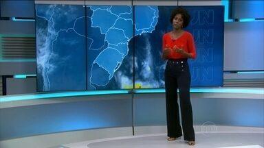 Frente fria se desloca e chuva perde força - Mesmo com o deslocamento da frente fria, a chuva chegou no Rio de Janeiro e também em São Paulo.